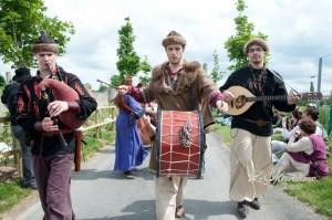 Aux Médiévales de Provins 2013, lors du défilé, avec les Danseries des Lys - Photo par Le Merveilleux est partout