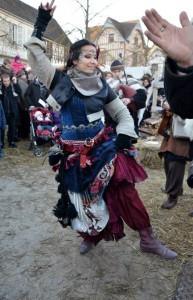 Jupe relevée pour des pas de gigue écossaise, au Marché de Noël médiéval de Provins 2013 - photo par Cheyenne