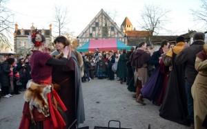 Schiarazula Marazula : Animation avec Cynthia des Danseries des Lys du Bal Médiéval du Marché de Noël de Provins 2013 - photo par Cheyenne