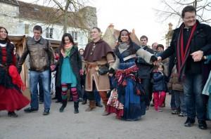 Bourrée d'Avignon : Animation avec Cynthia des Danseries des Lys du Bal Médiéval du Marché de Noël de Provins 2013 - photo par Cheyenne