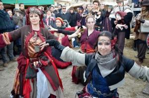 Avec les danseuses des Af'Avel (Compagnons de la Mémoire d'Antan), au Marché de Noël médiéval de Provins 2013 - photo par Cheyenne