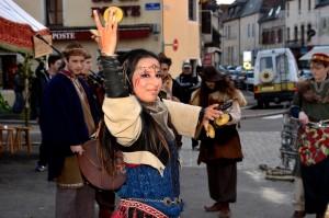 Danse avec sagattes, au Marché de Noël médiéval de Semur-en-Auxois 2013 - photo par Ducati Power
