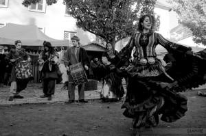 Musique et danse des Balkans, au Marché de Noël médiéval de Semur-en-Auxois 2013 - photo par D. Lavevre